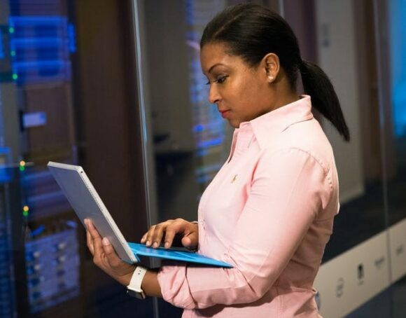 lady-working-on-a-laptop-computer-in-a-hosting-environment-for-affiliate-programs
